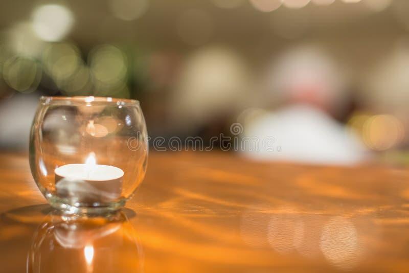 Stearinljus i exponeringsglas på koppartabellen - skött om händelse som bröllop, mottagande, årsdag, etc. arkivbild