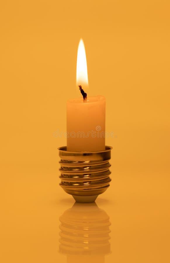 Stearinljus i grund för ljus kula på varm gul bakgrund royaltyfri foto