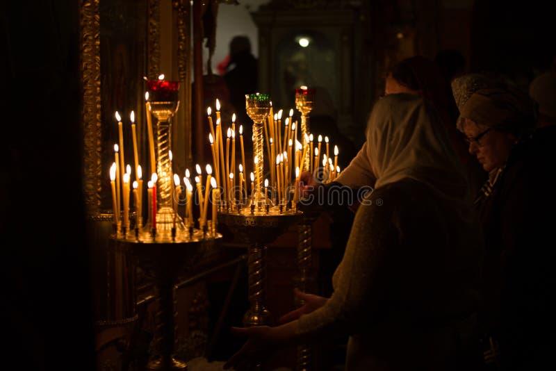 Stearinljus i kyrkan arkivbild