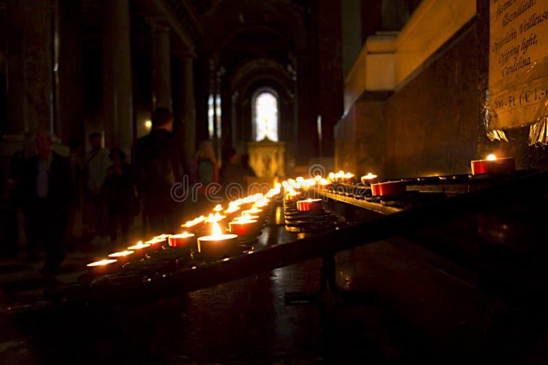 Stearinljus i kyrkan arkivfoto