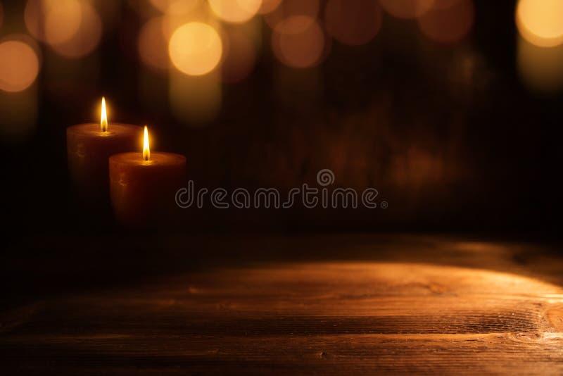 Stearinljus i mörker royaltyfri bild