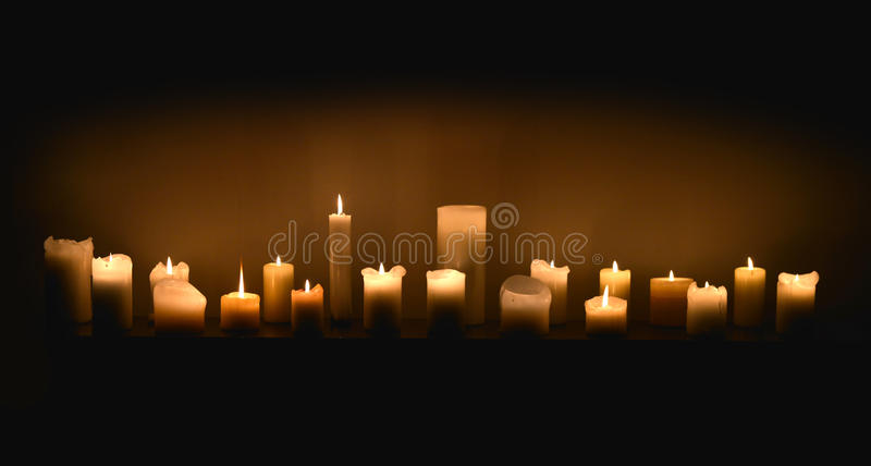 Stearinljus i mörker arkivbild