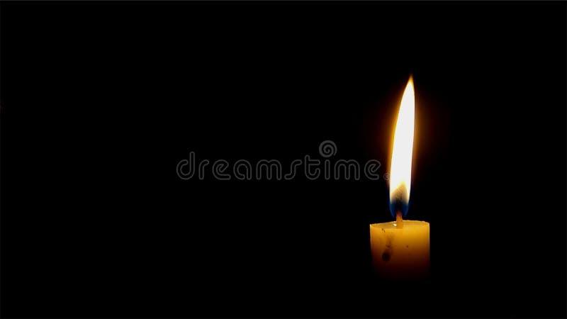 Stearinljus i mörkret arkivfoto