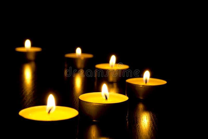 Stearinljus i natten arkivbild
