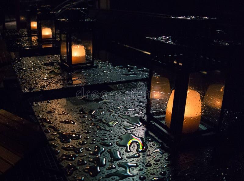 Stearinljus i regnet royaltyfria bilder