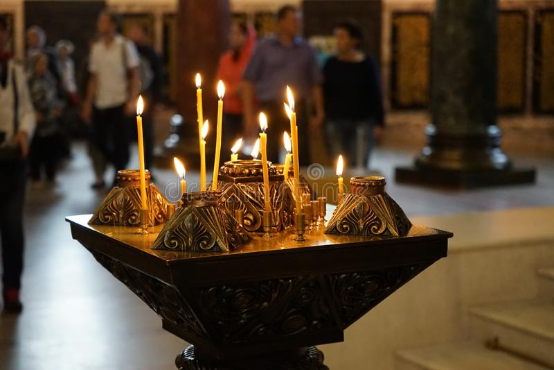 Stearinljus i templet royaltyfri foto