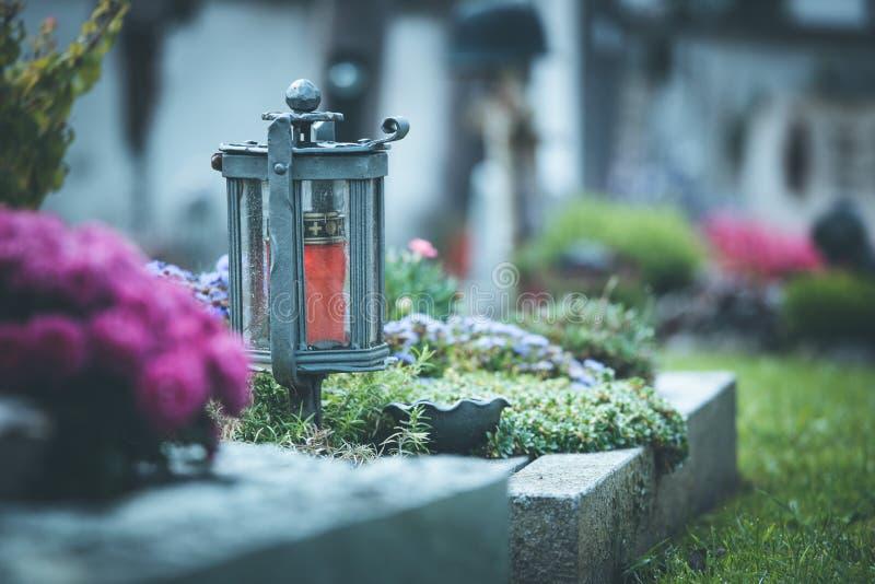 Stearinljus/lykta på kyrkogården, begravning, sorg royaltyfria foton