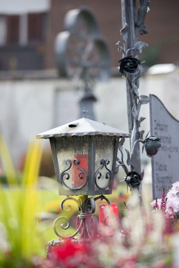 Stearinljus/lykta på kyrkogården, begravning, sorg arkivbilder