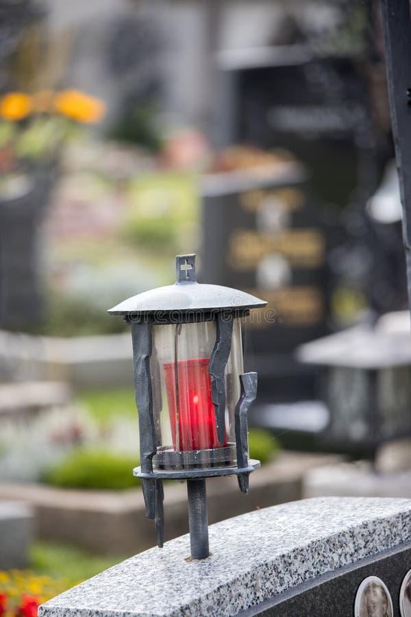 Stearinljus/lykta på kyrkogården, begravning, sorg royaltyfri fotografi