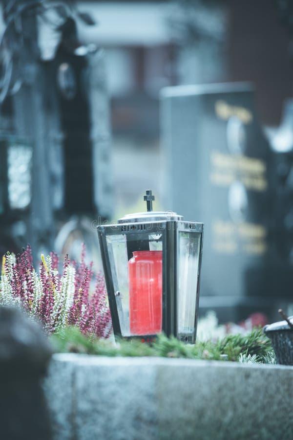 Stearinljus/lykta på kyrkogården, begravning, sorg arkivfoto