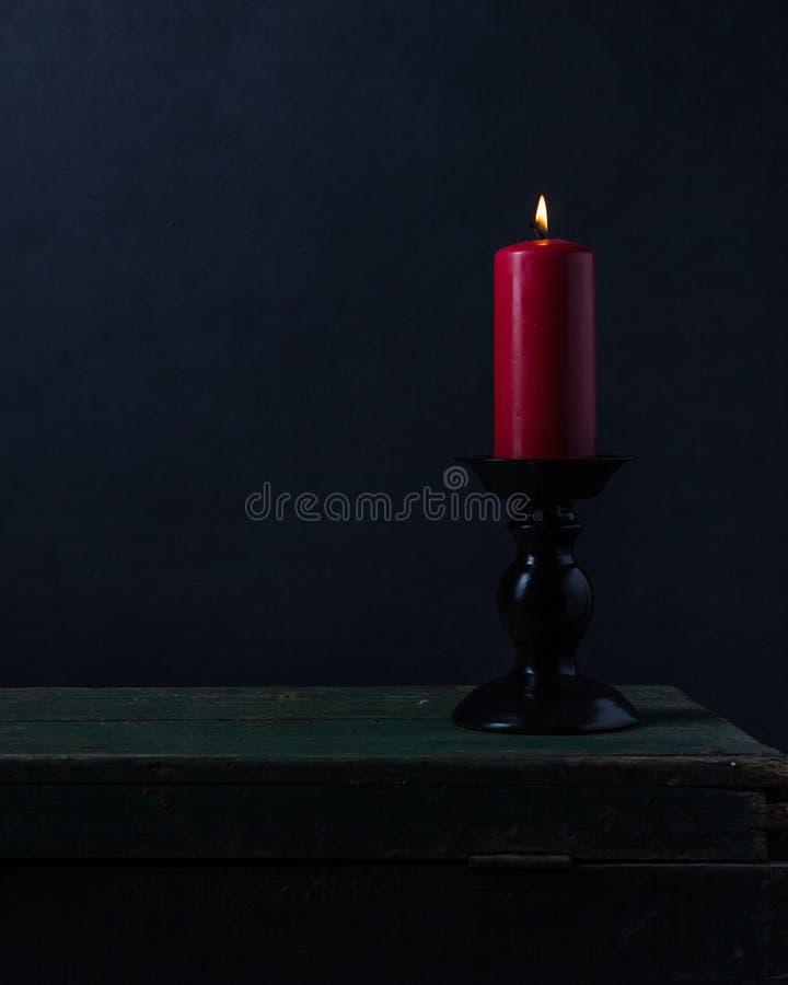 Stearinljus med brand och rök arkivfoto