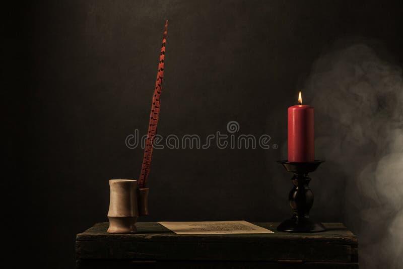 Stearinljus med brand och rök fotografering för bildbyråer