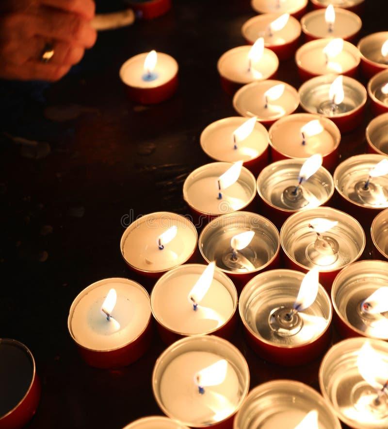 stearinljus med den flimrande flamman i stället av dyrkan under royaltyfri foto