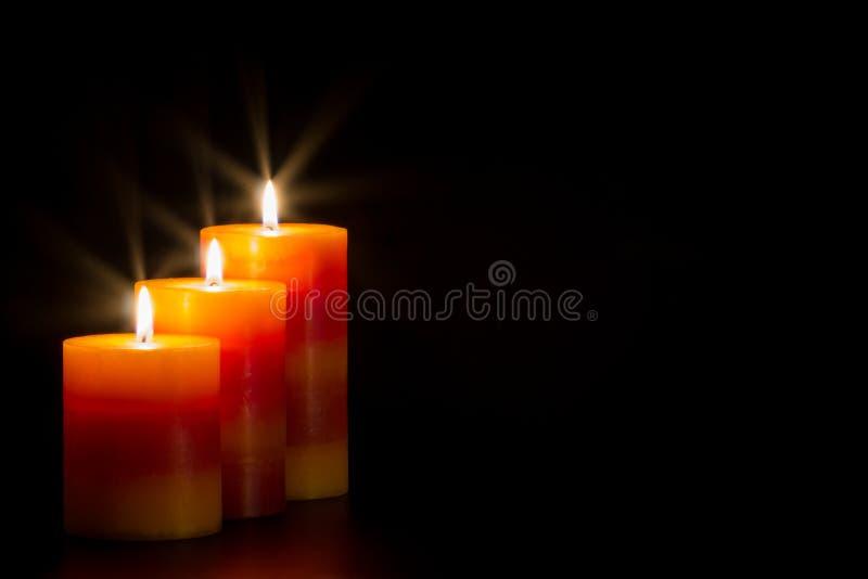 Stearinljus med svart bakgrund arkivbild