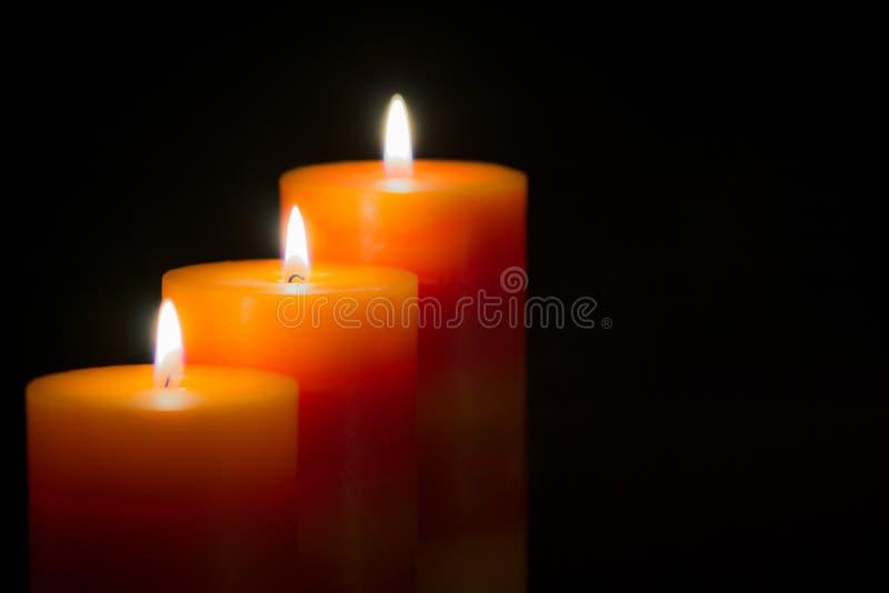 Stearinljus med svart bakgrund fotografering för bildbyråer