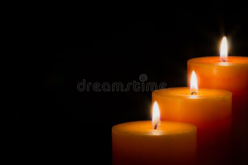 Stearinljus med svart bakgrund royaltyfri fotografi