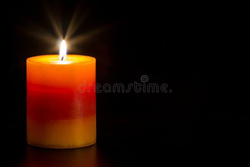 Stearinljus med svart bakgrund arkivfoton