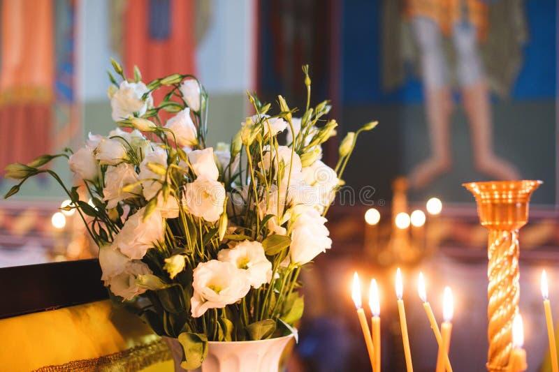 Stearinljus och blommor på kyrkan royaltyfria bilder