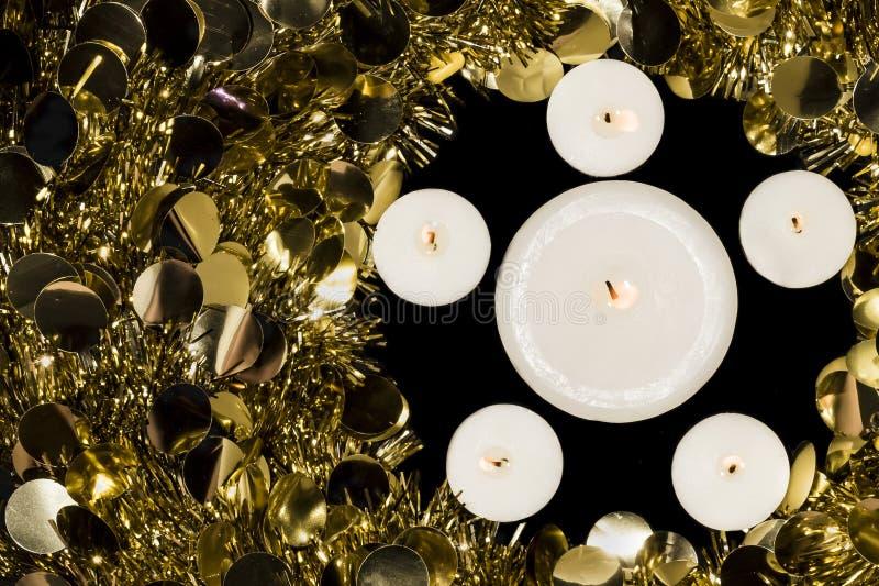 Stearinljus- och julkrans royaltyfria bilder