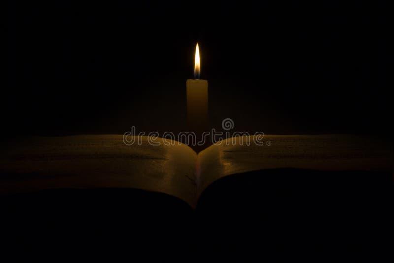 Stearinljus och magisk bok royaltyfri illustrationer