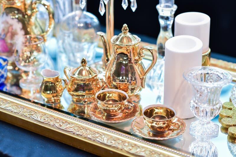 Stearinljus och uppsättning av teexponeringsglas, Bueatiful garnering royaltyfri bild