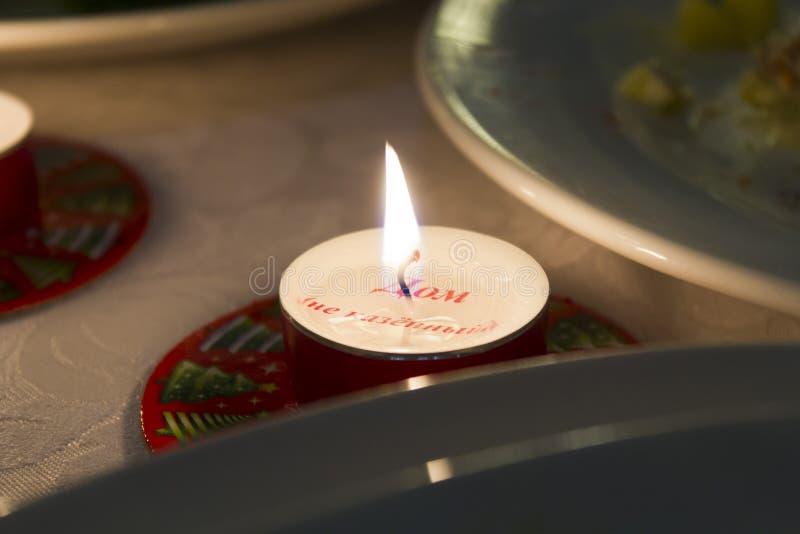 Stearinljus på en tabell royaltyfria bilder