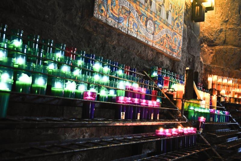Stearinljus på Montserrat arkivfoton