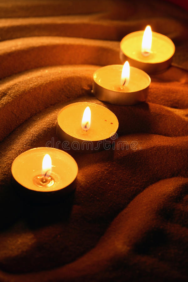 Stearinljus på sand royaltyfri fotografi