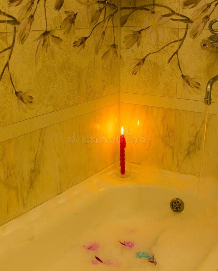 Stearinljus som är röd, dekor, brinnande som tänds, passion, brand, bränning som exponerar, skönhet, romans, datum, förälskelse,  arkivbilder