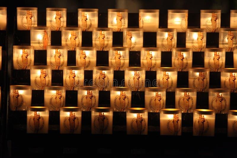Stearinljus som bränner i domkyrkan av Notre Dame de Paris royaltyfria foton