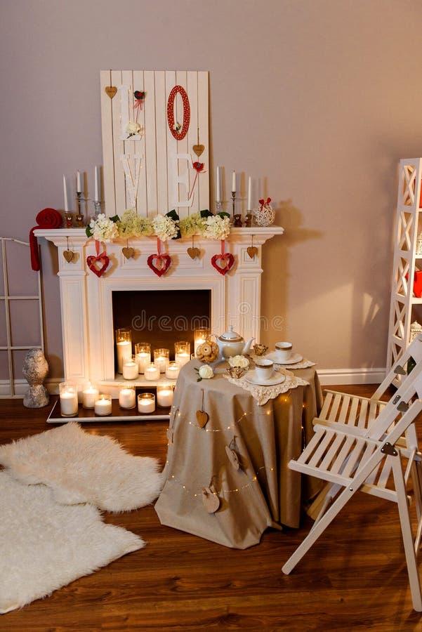 Stearinljus som bränner i ett romantiskt dekorerat rum royaltyfri foto