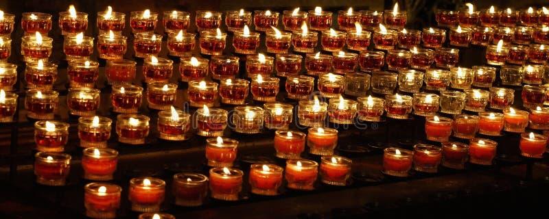 Stearinljus som bränner i kyrka royaltyfria foton