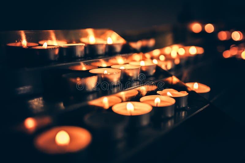 Stearinljus som flammar i kyrkan arkivfoto