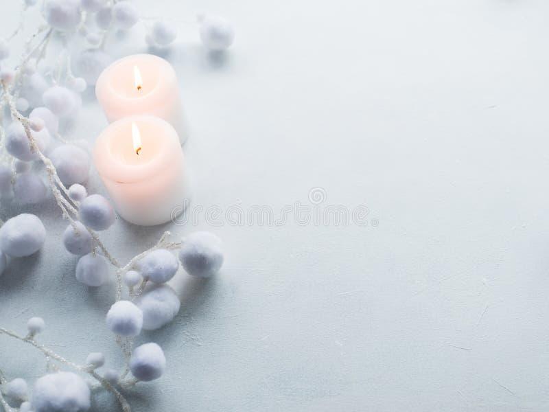 Stearinljus vit bakgrundsvinterdekor royaltyfri foto