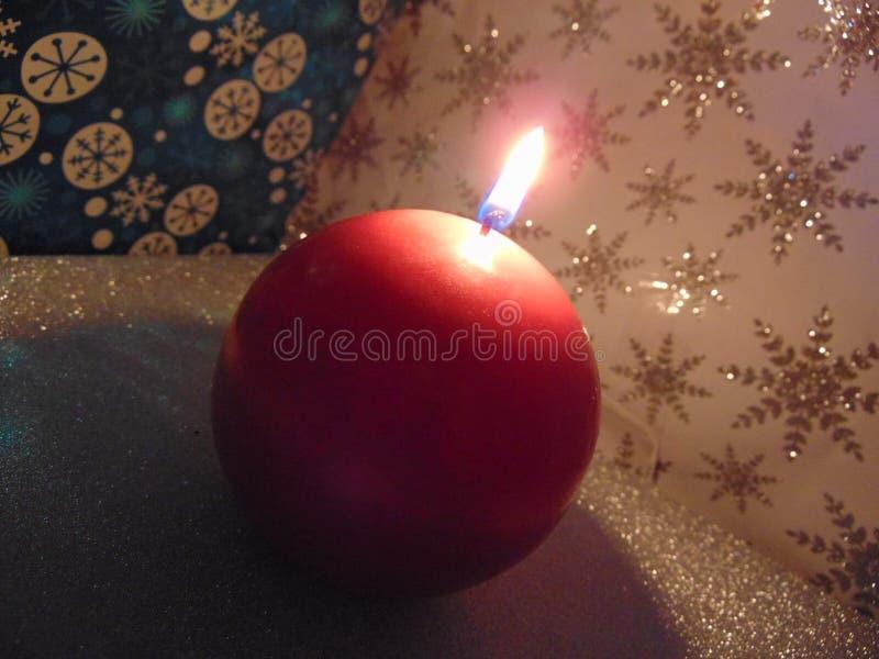 Stearinljusbränning i vintern royaltyfri foto