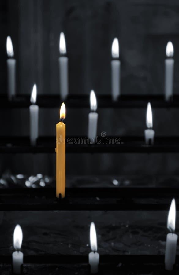 stearinljuset ber royaltyfria foton