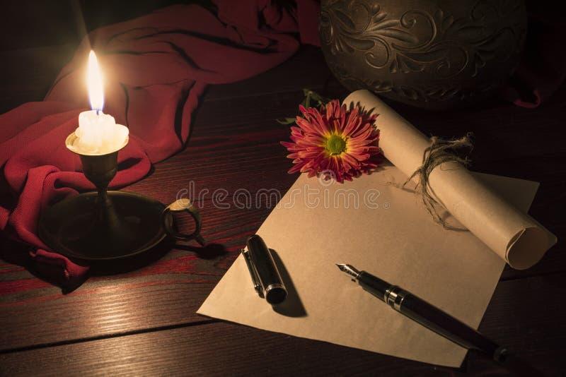 Stearinljuset exponerar skrivbordet var bokstaven royaltyfria bilder