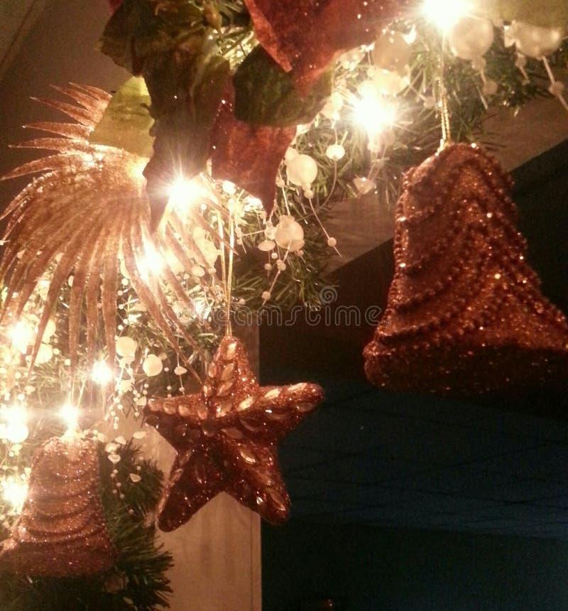 stearinljuset och glass bollar med sprucen fattar royaltyfri foto