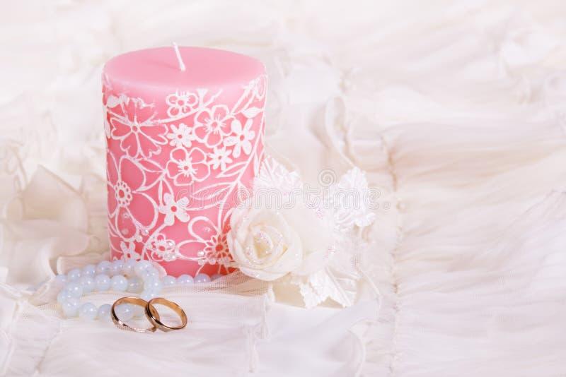 stearinljuset ringer bröllop arkivbilder