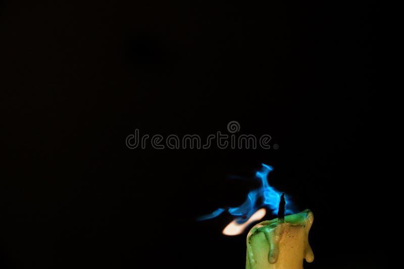 Stearinljusflamma i vinden royaltyfri foto