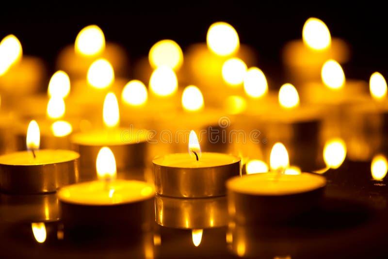 Stearinljusflamma på natten royaltyfri foto