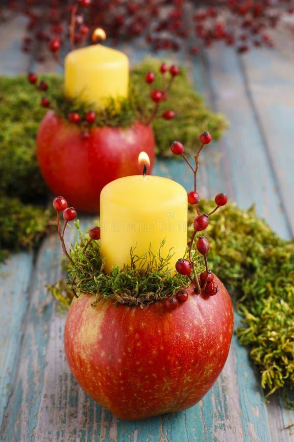 Stearinljushållare som göras av äpplet royaltyfri bild