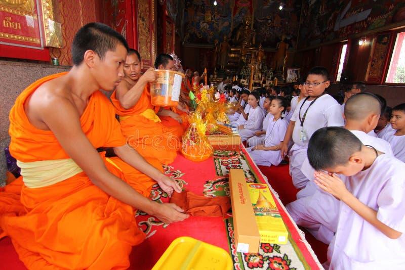 Stearinljustraditionsbuddism i Thailand royaltyfri bild