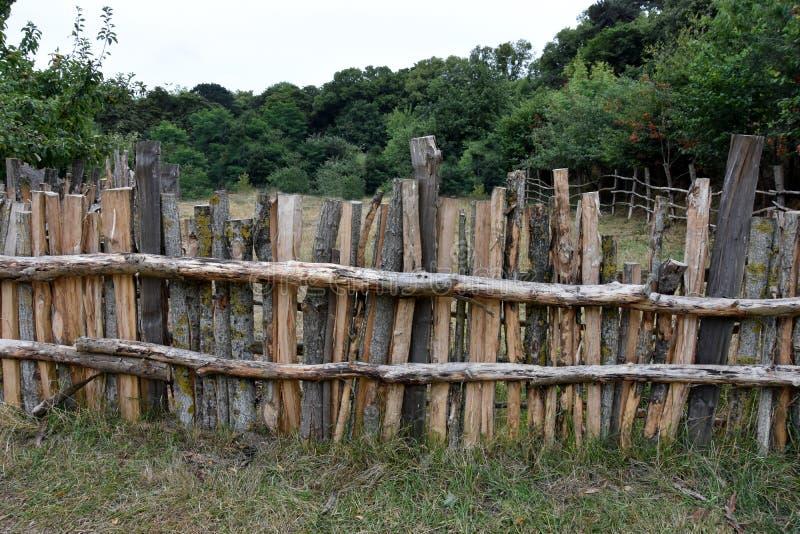 Steccato di legno con tronchi grezzi immagini stock libere da diritti