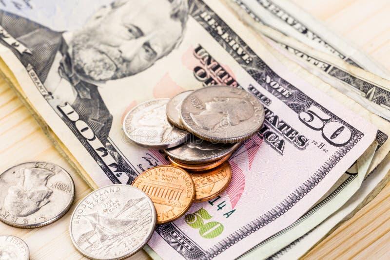 Stecken eines Geldes in eine piggy Querneigung lizenzfreie stockfotografie