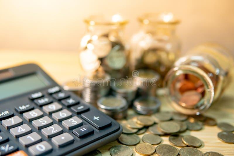 Stecken eines Geldes in eine piggy Querneigung Finanzbuchhaltungsberechnung stockbild
