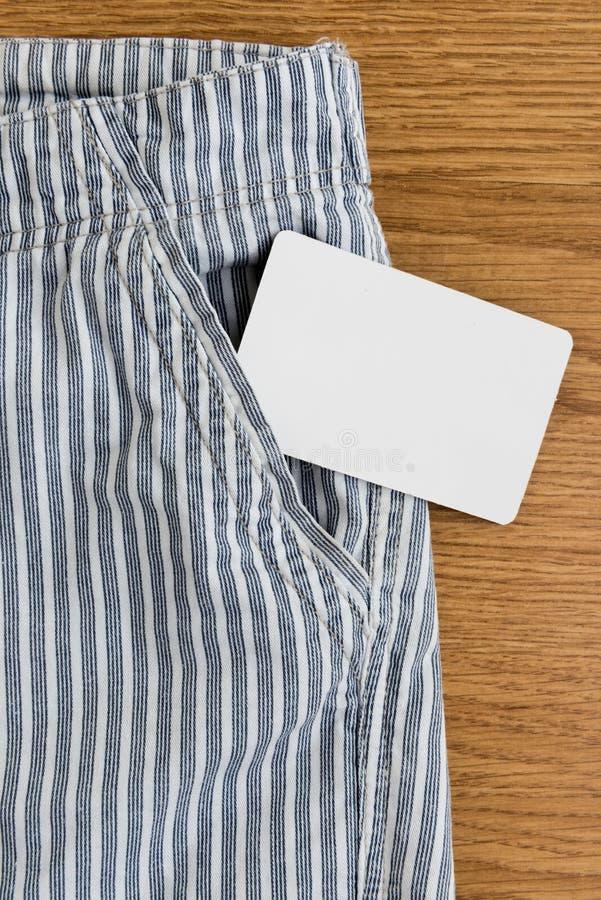 Stecken Sie mit einer Kreditkarte oder einer Telefonkarte oder einer Namenkarte ein stockbilder