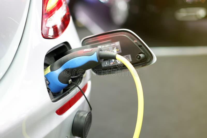Stecker der elektrischen Versorgung des Stromkabels während der Aufladung an der ev Auto-Elektro-Mobil-Aufladung stockbild