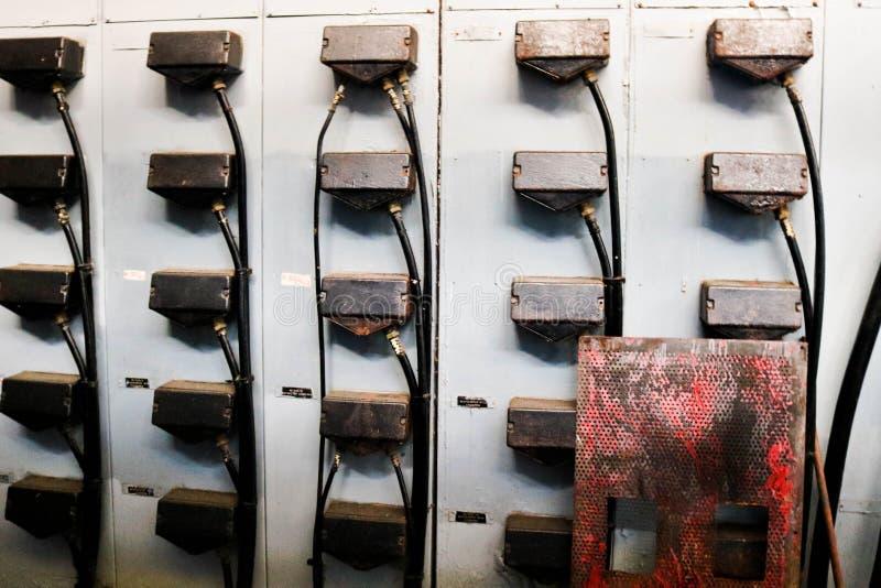 Stecker für Drähte für Verbindungseisenmetallkabinette für Elektrogeräte von Elektromotoren an einer industriellen Raffineriechem lizenzfreies stockbild