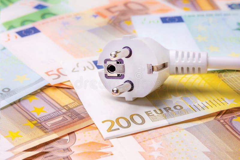 Stecker mit dem Draht liegt auf der Banknotennahaufnahme Symbol von EL stockfotografie